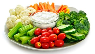 Photo of Λαχανικά κομμένα σε φέτες με ντιπ γιαουρτιού και τυρί φέτα